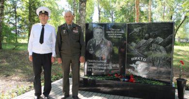 В Октябрьском установили памятник десантникам
