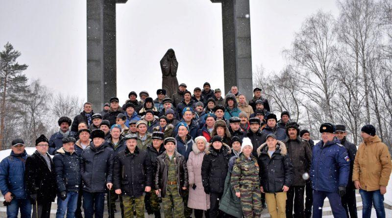 Ветераны боевых действий возложили цветы к памятнику «Скорбящая мать»