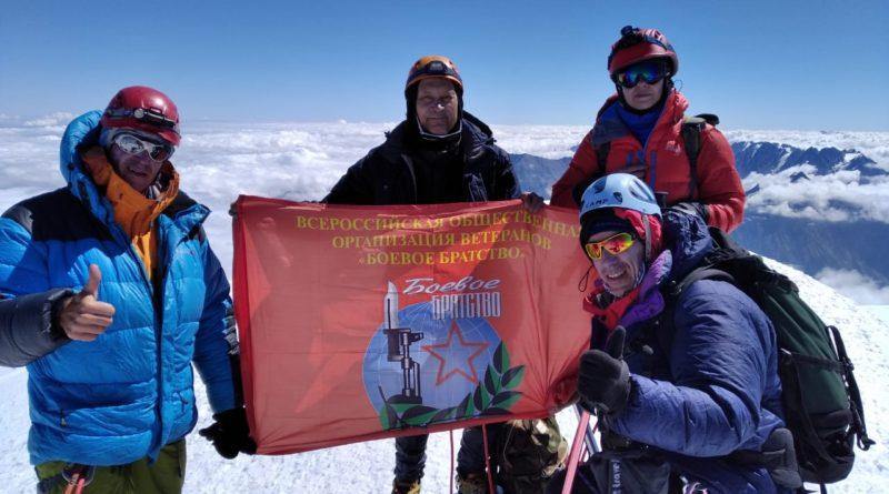 Инвалид войны в Афганистане покорил гору Казбек в честь 75-летия Победы
