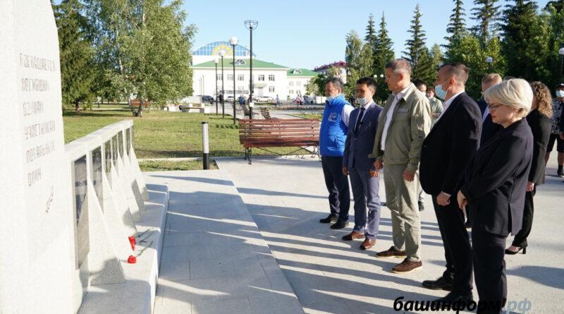 Радий Хабиров в городе Учалы посетил Сквер афганцев